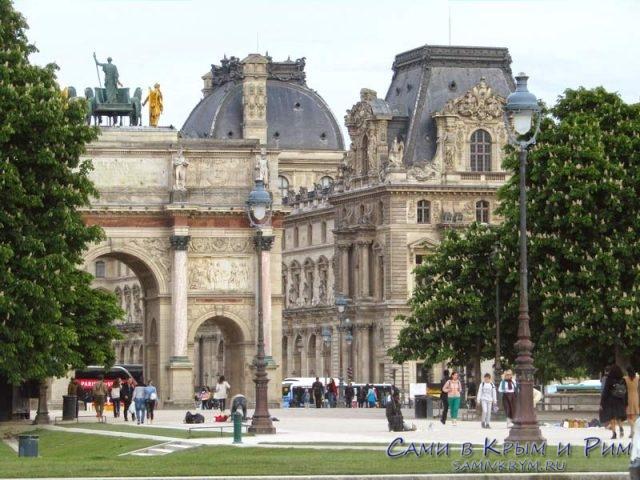 Триумфальная арка Карузель и Лувр