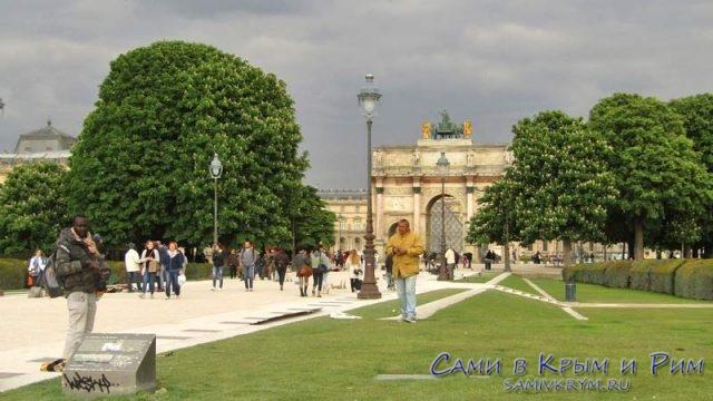 Триумфальная арка Карузель и уличные торговцы