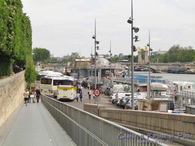 Туристические автобусы с туристами на корабликах