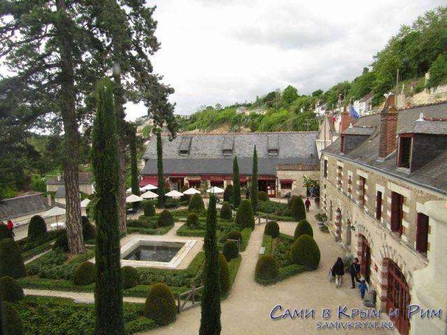 Вид из окна на внутренний дворик дворца