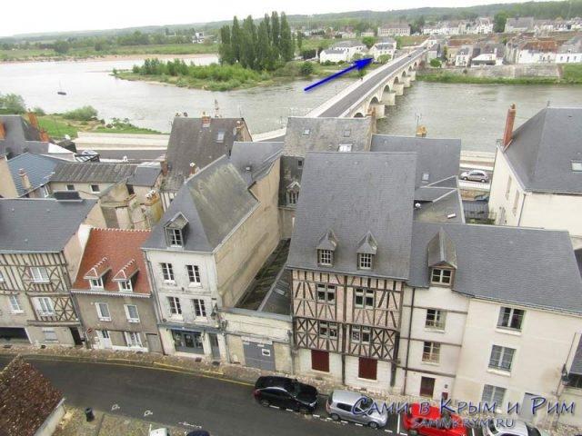 Вид из замка на мост и наши апартаменты