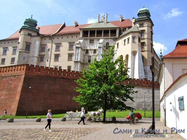 Вид-на-готический-фасад-замка