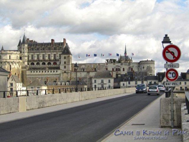 Вид на замок Амбуза с моста