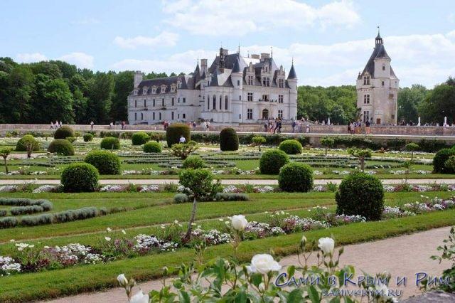 Вид на замок Шенонсо из сада Дианы де Пуатье