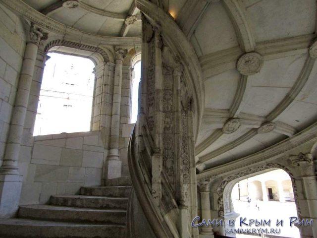 Витееватая лестница в корпусе Франциска