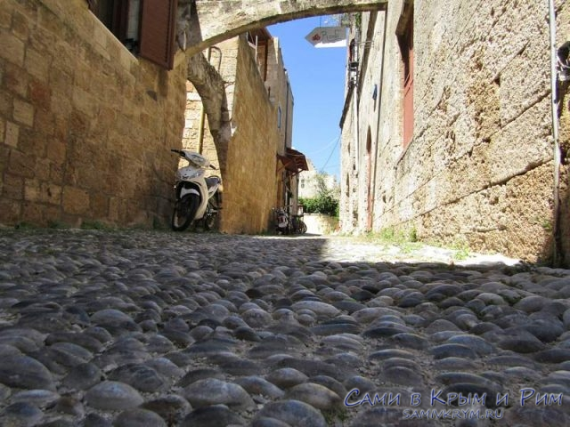 Жесткая-брусчатка-на-улицах-Родоса