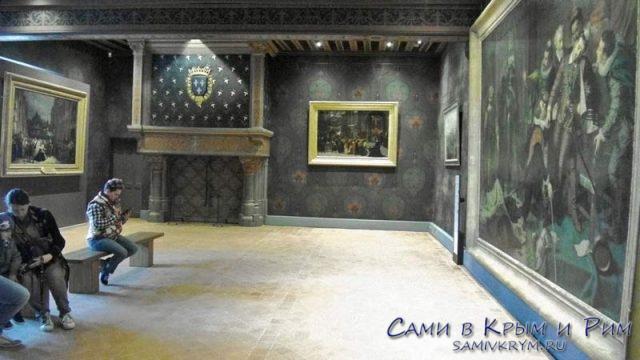 Зал с картинами убийства герцога де Гиза