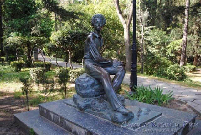 Памятник-Пушкину-в-парке