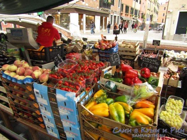 Овощи-с-лотков-в-Венеции