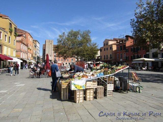 Продажа-овощей-прямо-на-площади