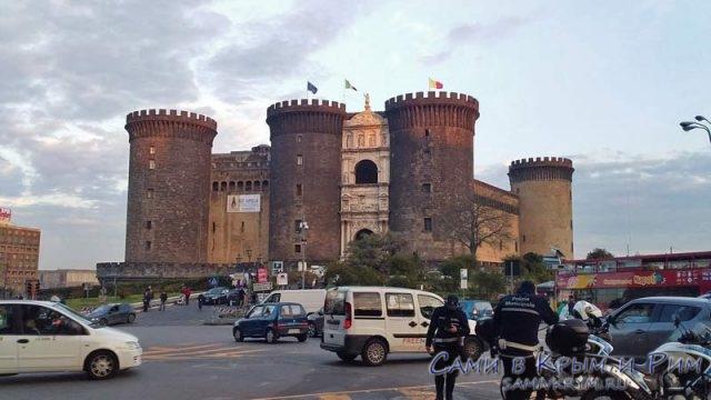 Замок-Нуово-на-набережной