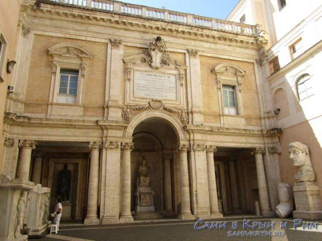 Внутрений дворик с колоссом Константина