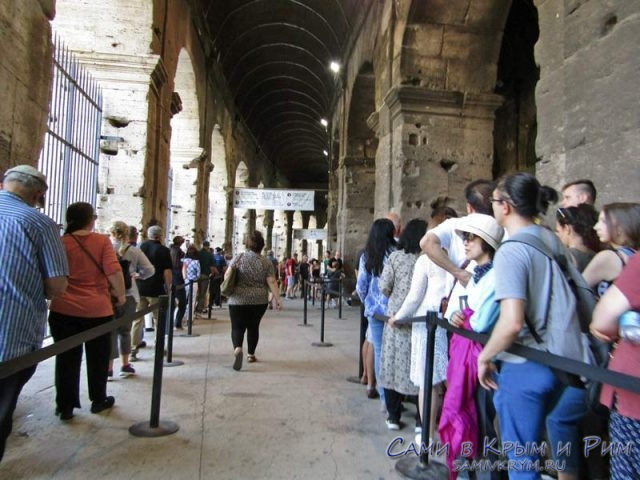 Внутри Колизея отдельные очереди для групп