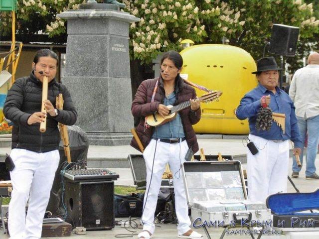 Музыканты из Эквадора в Ялте