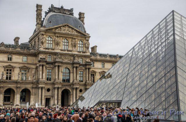 Очередь в Лувр