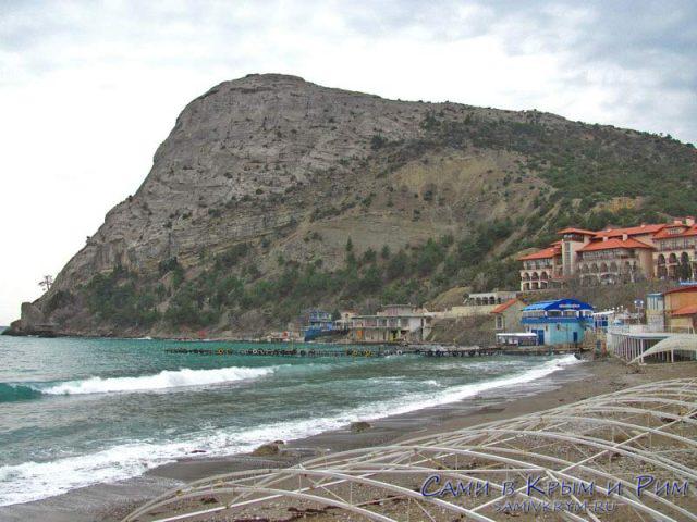 Вид на гору Кора-коба и пляж поселка