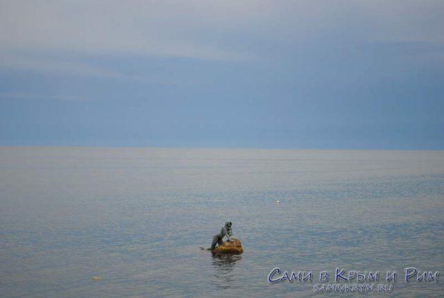 Скульптура Русалки в море