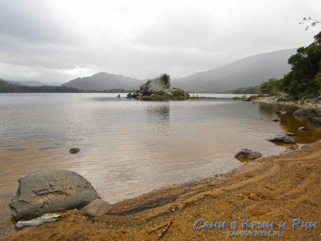 Каменистые пляжу вокруг озера