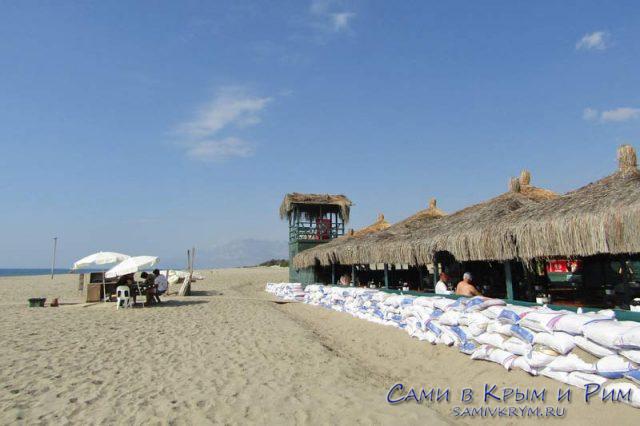 Уголок цивилизации на пляже